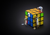 Mini figures painting a Rubik